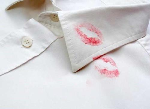 چگونه لکه انواع لوازم آرایش را از روی لباس پاک کنیم؟